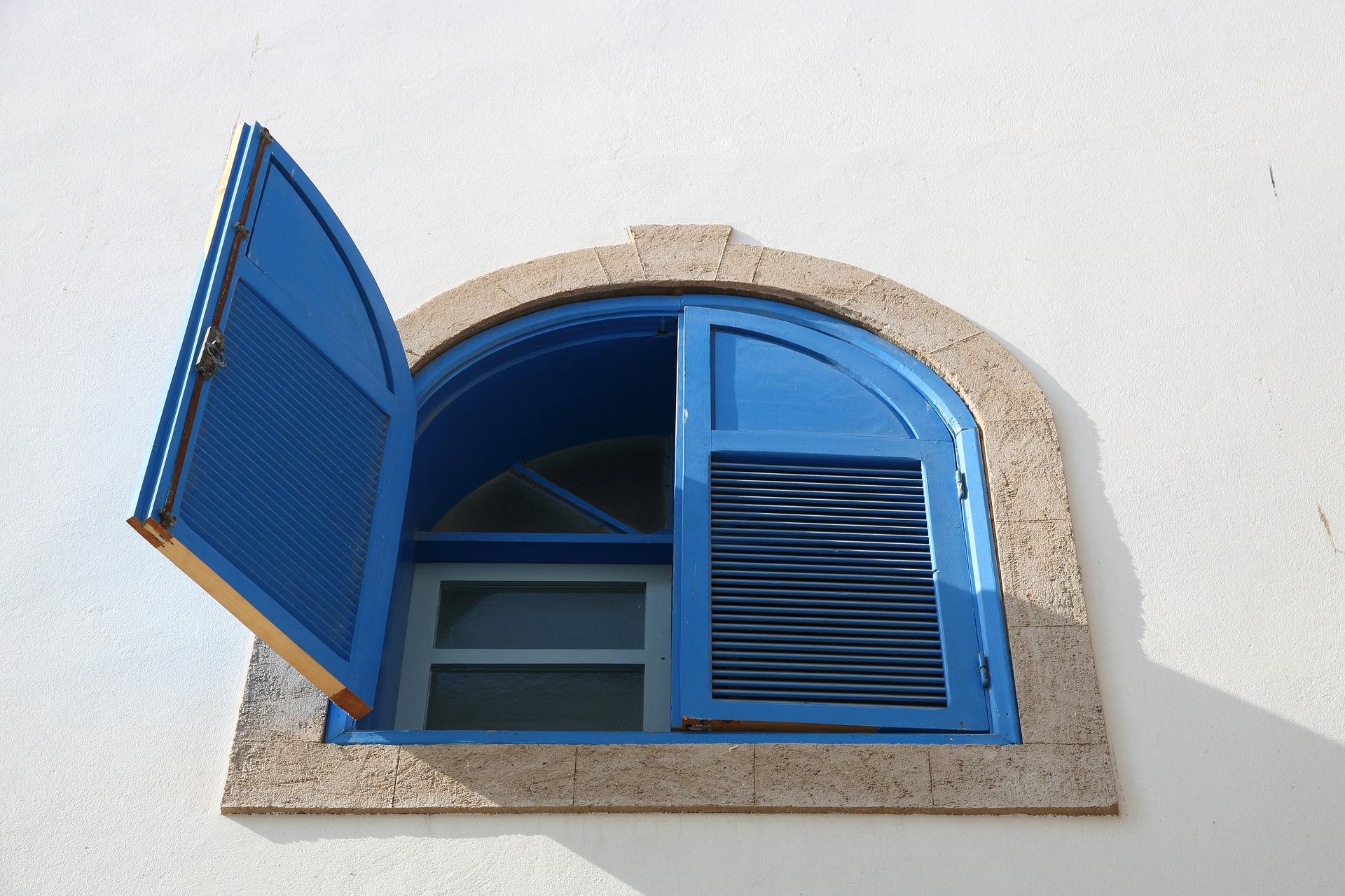 Cosa Sono Le Persiane estate e caldo, finestre chiuse o aperte tutto il giorno